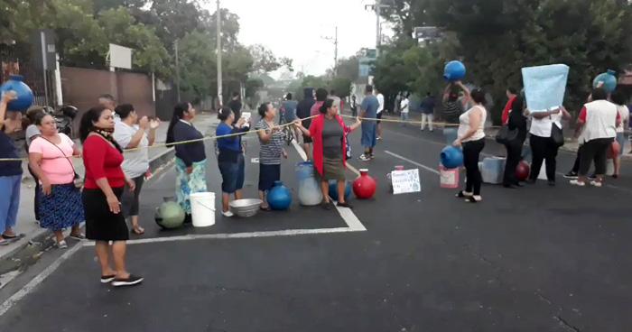 Cerrado el paso en calle Agua Caliente en Soyapango, por protesta por falta de agua