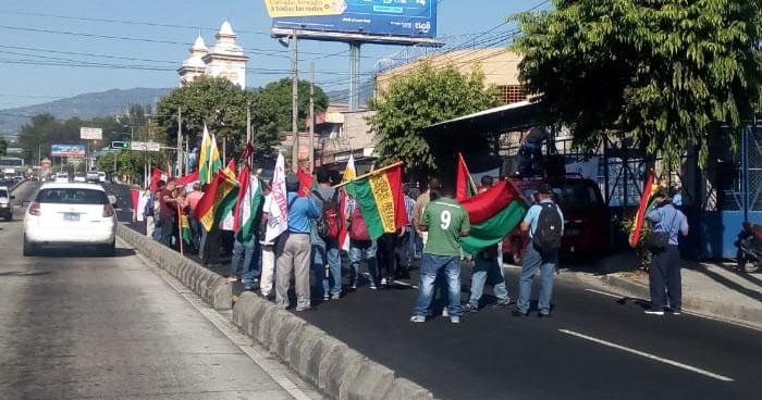 Sindicalistas protestan frente a la alcaldía de San Salvador