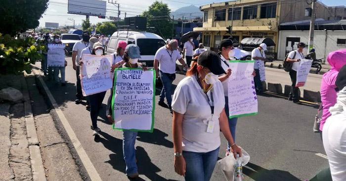 Empleados de Centros Penales marchan para exigir atención a su situación laboral