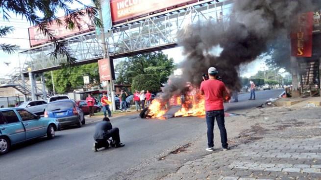 Empleados de la UES cierran calles en protesta por aumento en el presupuesto