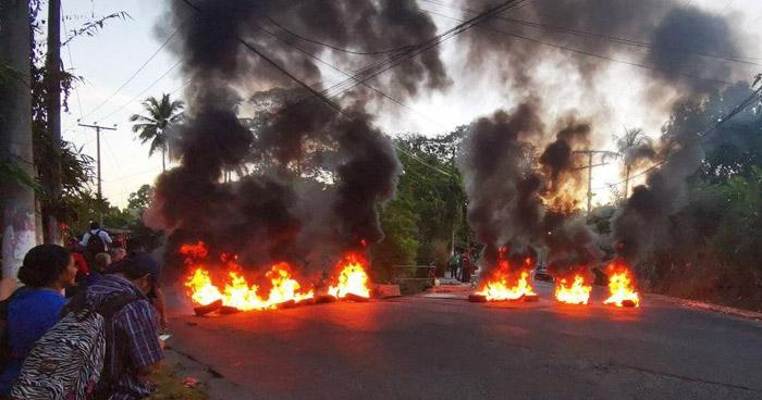 Empleados de la alcaldía de Cuscatancingo cierran paso en calle a Mariona