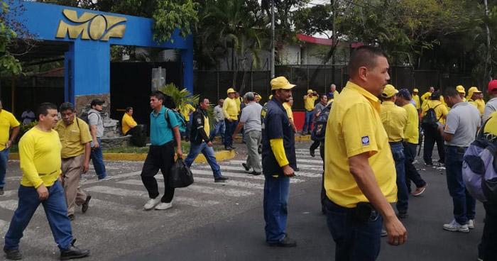 Empleados del MOP paralizan labores por retraso en entrega de víveres