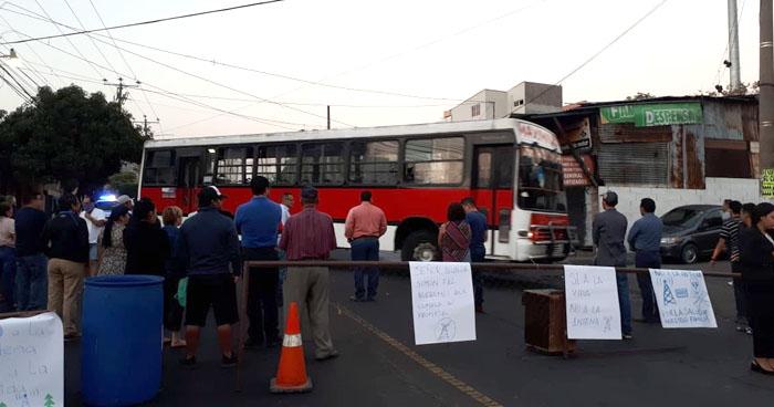Protesta mantiene el paso cerrado en la 29 avenida Norte en la colonia Zacamil