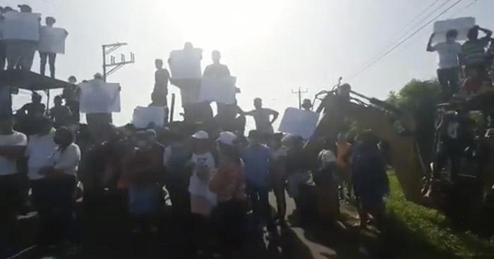 Cierran carretera Litoral para denunciar a exalcalde de falsificar documentos de tierras
