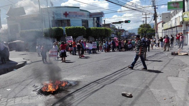 Calle Roosevelt de Soyapango cerrada por protesta de vendedores informales