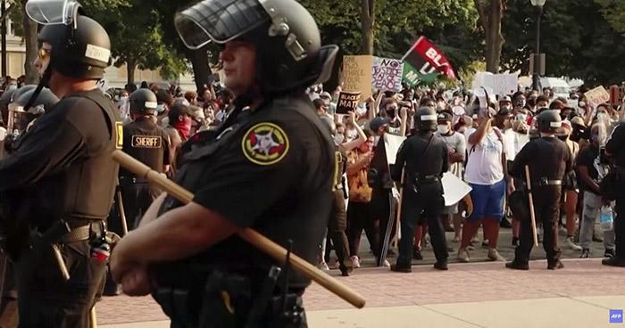 Continúan protestas por nuevo caso de un hombre negro baleado por la policía en EE.UU.
