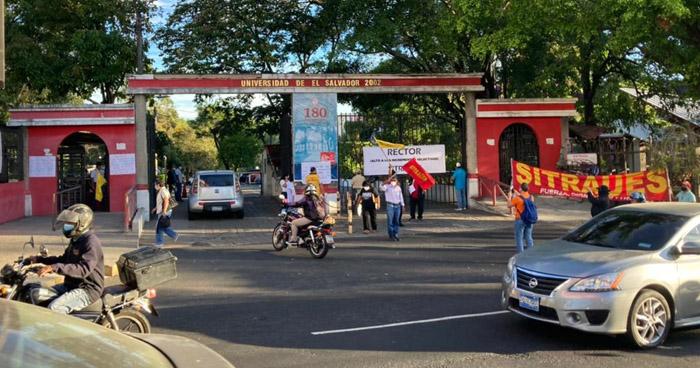 Sindicato de la UES protesta por despidos y aumentos salariales selectivos