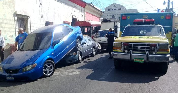 Quintuple accidente de tránsito en Santa Ana deja varios lesionados