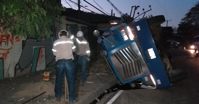 Rastra cañera vuelca, daña un muro y varios postes en San Jacinto, San Salvador