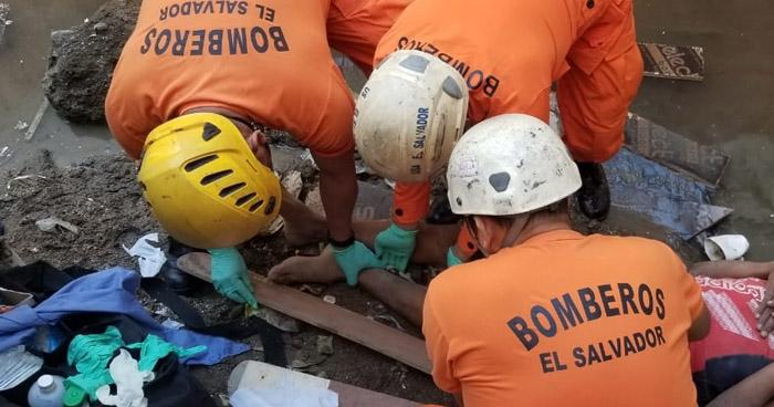 Rescatan a mujer que cayó de un puente en Santiago Nonualco, La Paz