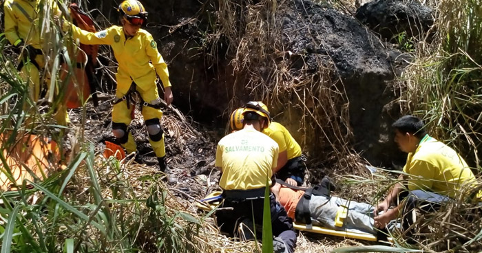 Rescatan con vida a un hombre que cayó a un barranco en Ciudad Delgado