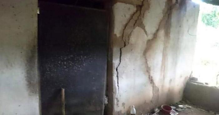 Rescatan a hombre tras quedar atrapado al colapsar su vivienda