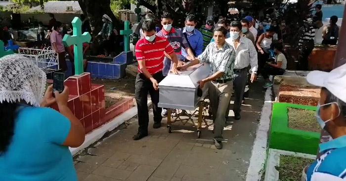 Sepultan a 6 fallecidos en el deslave de Nejapa