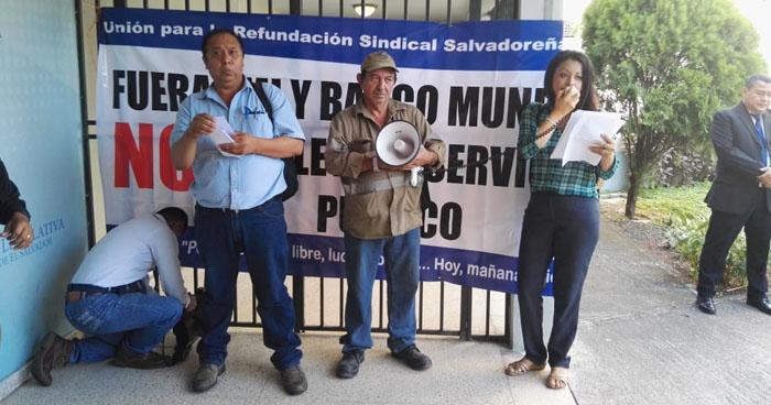 Sindicalistas bloquean la entrada al salón azul de la Asamblea Legislativa en acción de protesta