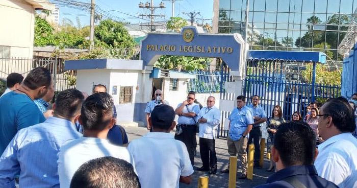Sindicalistas de la Asamblea protestan por violaciones a sus derechos laborales
