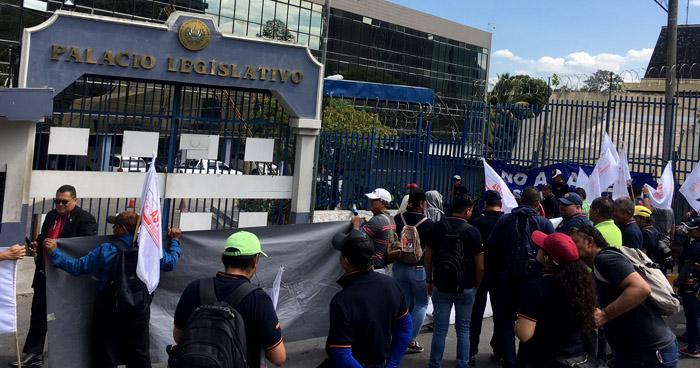 Sindicalistas exigen reinstalo de trabajadores despedidos en Asamblea Legislativa