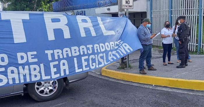 Sindicalistas bloquean ingreso a la Asamblea para denunciar despidos masivos