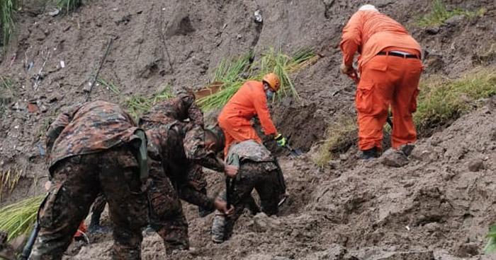 Buscan a anciano que habría quedado soterrado tras derrumbe en Soyapango