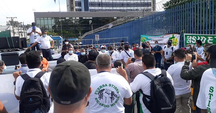 Sindicalistas protestan frente a la Asamblea para rechazar reformas a la Ley del Seguro Social