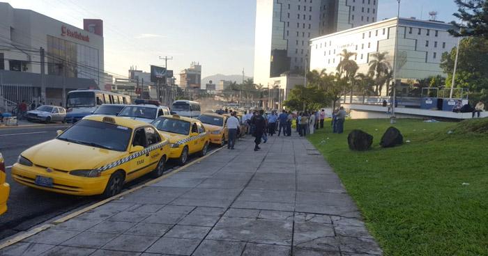 """Taxistas concentrados en plaza """"Salvador del Mundo"""" marcharán hacia el VMT"""