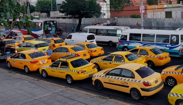 Taxistas marchan hacia la Asamblea Legislativa en contra de UBER