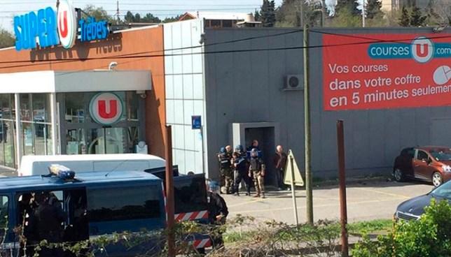 Miembro del Estado Islámico toma rehenes en un supermercado al sur de Francia