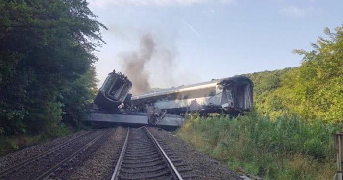 Descarrilamiento de tren en Escocia deja 3 muertos y varios heridos