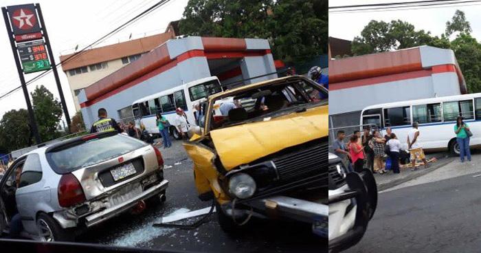 Triple choque en la Plaza Trovador: un microbus, un taxi y un carro particular involucrados