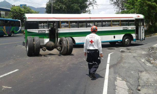 Autobús ruta 115 pierde eje trasero en carretera Troncal del Norte
