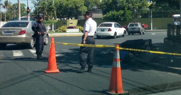 Atropellan y matan a vendedor de pan por plaza El Trovador en San Salvador