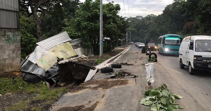 Ruptura de tubería hace colapsar parte de una vivienda en calle a Mariona