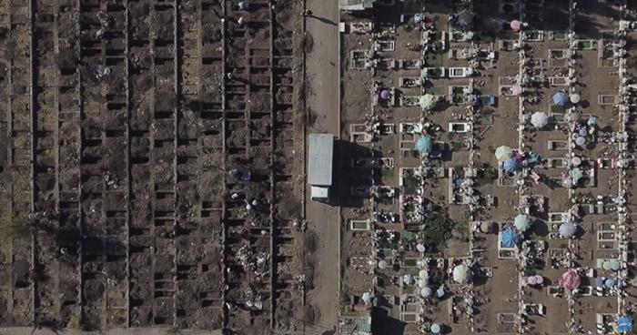 Cavan miles de tumbas para enfrentar el aumento de decesos por COVID-19 en Chile