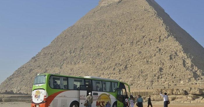 Mueren dos turistas tras explosión de una bomba cerca de las pirámides de Giza