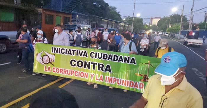 Cierran Bulevar Tutunichapa para exigir protección de derechos laborales