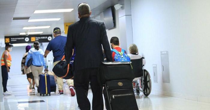 Retornan 140 salvadoreños que permanecían varados en EE.UU.