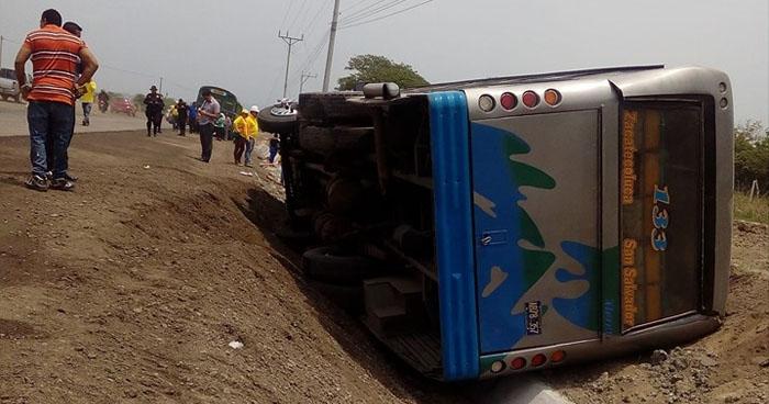 Autobús vuelca en carretera Litoral dejando a varios pasajeros lesionados