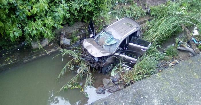 Camioneta con dos ocupantes se precipita a un barranco de 3 metros de profundidad