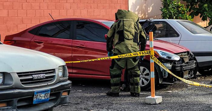 División de explosivos inspeccionan vehículo con reporte de robo en Apopa