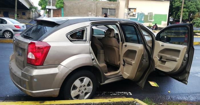 Capturan a 5 sujetos que trataron de abandonar un vehículo robado en la 25 avenida sur