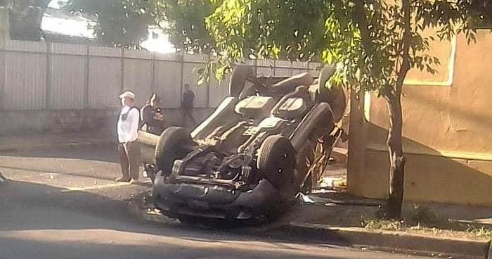 Dos lesionados tras vuelco de vehículo en Avenida España de San Salvador