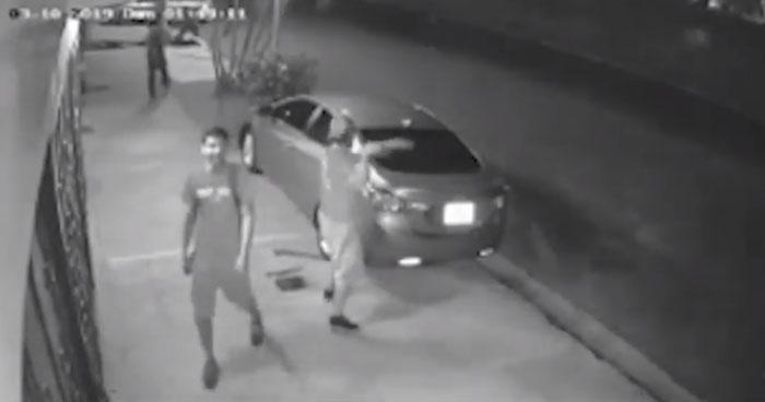 Captan momento en el que hombres ebrios quiebran los vidrios de vehículos en Santa Tecla