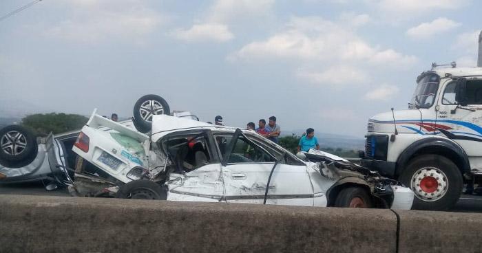 Múltiple accidente deja 2 vehículos volcados en el bulevar Constitución por redondel integración