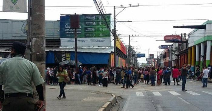 Vendedores de Santa Tecla cierran calles en protesta por decomisos de mercadería