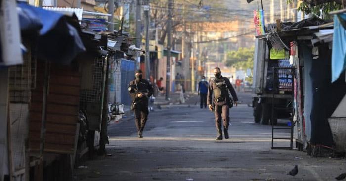 Vendedores ambulantes que no tienen permiso para laborar por Cuarentena son llevados a sus viviendas