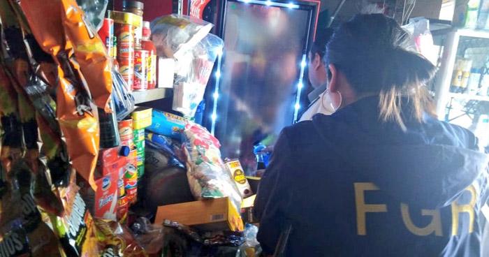 Allanan establecimientos tras sospechas de distribución de licor adulterado