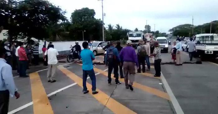 Veteranos de Guerra cierran calles para exigir indemnización y aumento de pensión