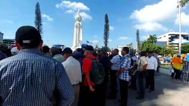 Veteranos de guerra realizan manifestación sin bloquear el paso vehicular en San Salvador
