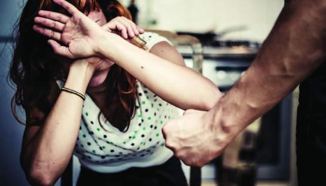 Es capturado hombre que golpea a mujer dentro de centro comercial de Lourdes