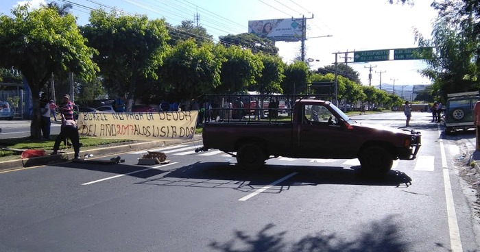 Veteranos de Guerra cierran paso vehicular en Bulevar Los Héroes