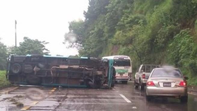 Vuelca microbús R-400 con pasajeros a bordo sobre la autopista Comalapa